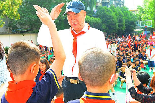 """四川老警官深情寄语小学新入队""""红领巾..."""